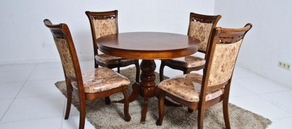 Круглий обідній дерев'яна яний стіл у сучасному інтер'єрі єрі
