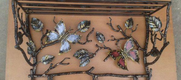 Ковані дерев'яні і металеві вішалки для передпокою — витонченість ажуру в поєднанні з міцністю