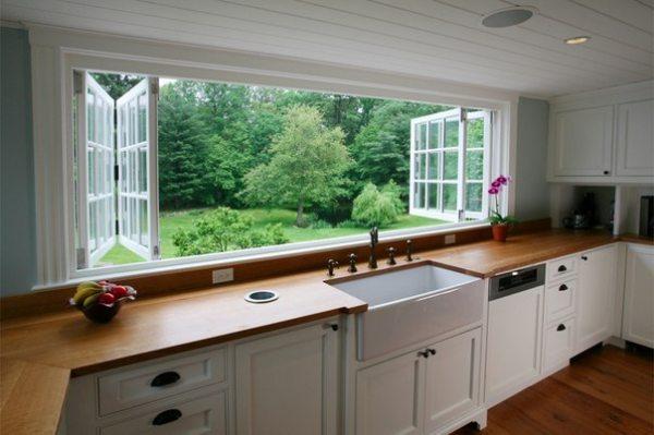Дизайн кухні з вікном: як правильно обіграти простір