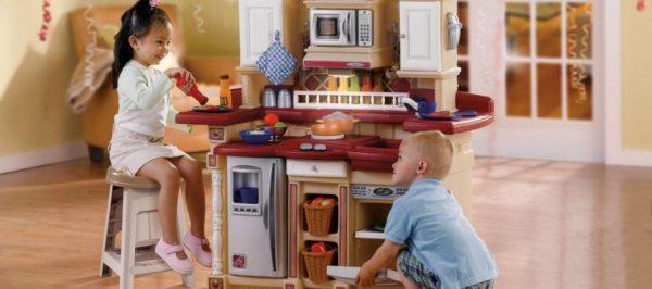 Корисний помічник у розвитку дитини — ігрова кухня в дитячій кімнаті
