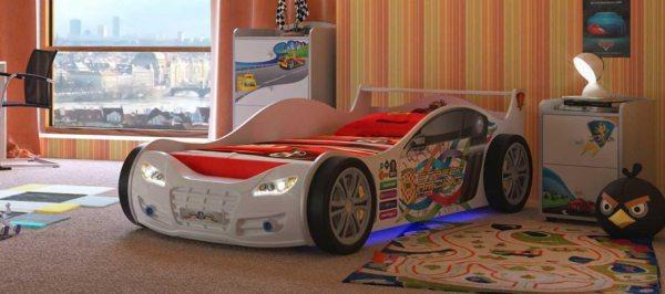Ліжко у вигляді машинки: найцікавіша і велика іграшка в дитячій