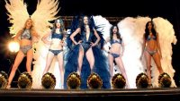 Ангели Victoria's Secret роздягаються в Опера Гарньє у новому відео Майкла Бея
