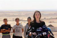 Фото дня: Анджеліна Джолі відвідала табір біженців в йорданській пустелі